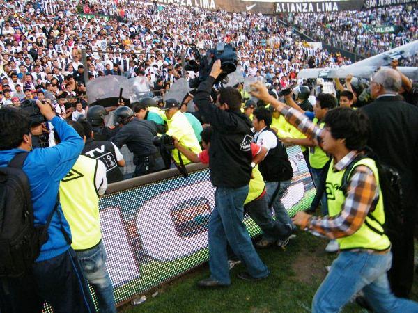 INTOLERANCIA. La hinchada aliancista estaba enfurecida. Con los árbitros, jugadores y rivales. (Wágner Quiroz / DeChalaca.com)