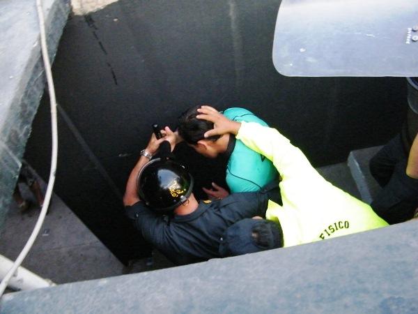 POR ABAJO. César Escano se iba protegido por la policía. (Wágner Quiroz / DeChalaca.com)