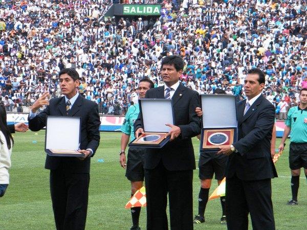 FELICES VAN. Luis Ávila, Albert Caballero y Luis Abadie se retiran del referato. Sus colegas les hicieron los honores. (Wágner Quiroz / DeChalaca.com)