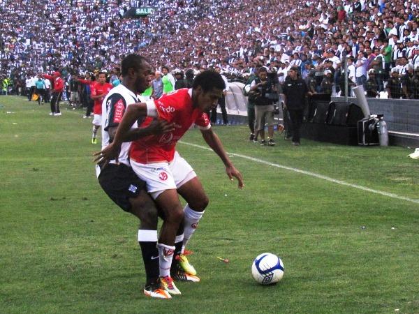 FINAL VUELTA. En un partido cerrado y que se abrió solo con las expulsiones, Alianza caería por la mínima ante el Aurich.  (Foto: José Salcedo / DeChalaca.com)