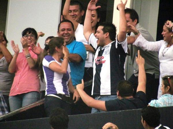 ÉL SÍ. Una singular manera de pedir matrimonio se dio en el Alejandro Villanueva. (José Salcedo / DeChalaca.com)