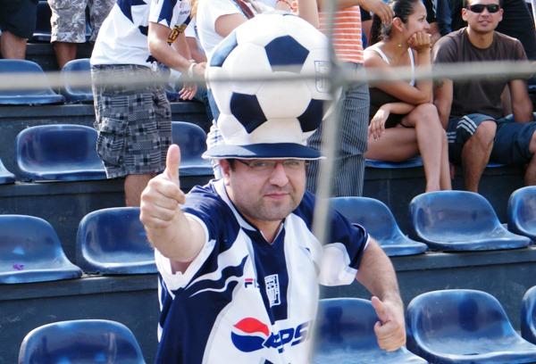 EL HINCHA. Con un peculiar sombrero de pelota de fútbol, este simpatizante hincha de Alianza Lima causó furor en Matute. (Foto: Wagner Quiroz / Dechalaca.com)