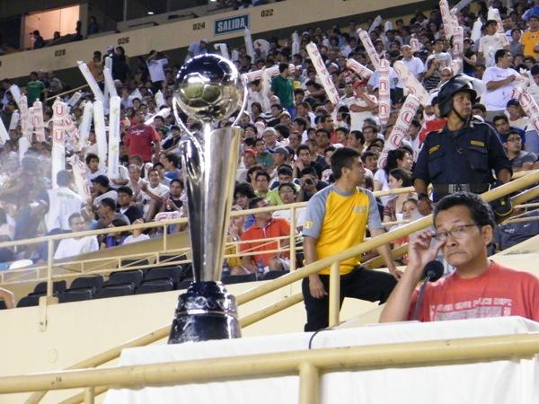 LA COPA. El trofeo de la Copa Movistar se dejó ver en el Monumental e ilusionó a más de un hincha crema. (Foto: Wagner Quiroz / Dechalaca.com)
