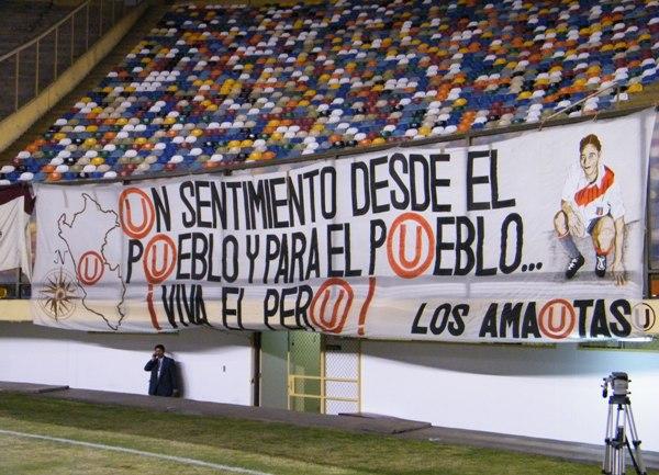 LA BANDEROLA II. Con 'Lolo' siempre presente, los hinchas de la 'U' confeccionaron una simpática banderola que se llevó todas las miradas en el Monumental. (Foto: Wagner Quiroz / Dechalaca.com)