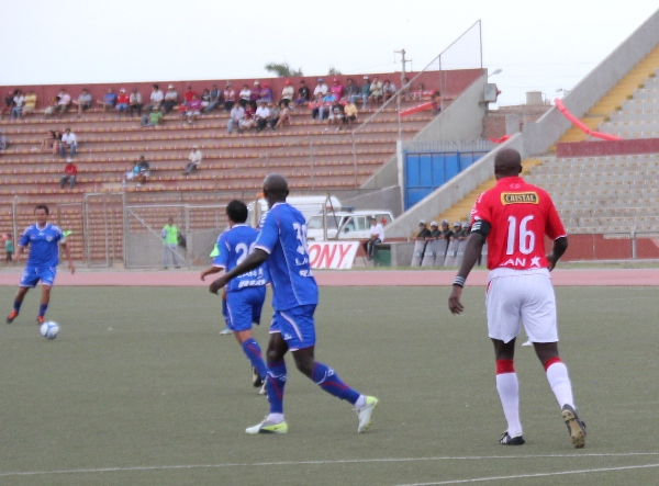 LA CLAVE. La salida del nigeriano Nwaform, quien jugó con la camiseta número 30,  contribuyó para que Unión Comercio pudiera acomodarse mejor dentro de la cancha. (Foto: Diario La Industria de Chiclayo)