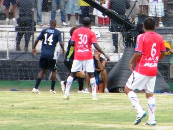 EL JUGADÓN. A los 12', Nwafor pudo convertir un gran tanto. No obstante, Javo evitó que el nigeriano convirtiera su primer tanto en el fútbol peruano. (Foto: Wagner Quiroz / DeChalaca.com)