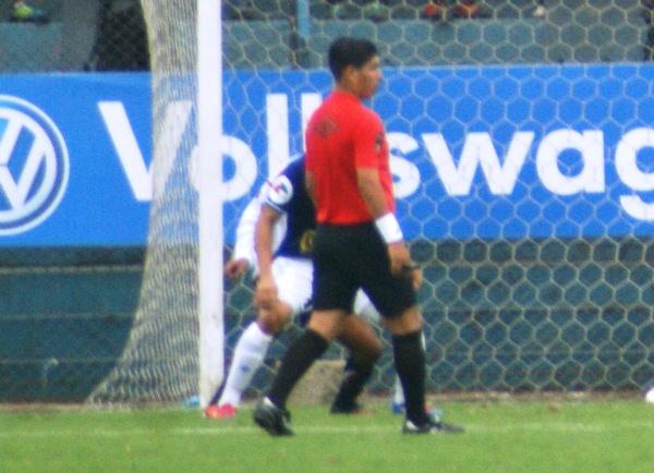 KAZUKI ITO. Con el buen apoyo de sus asistentes, Alberto Lozano tuvo una actuación que aprobó en el Estadio Alberto Gallardo. (Foto: Luis Chacón / DeChalaca.com)
