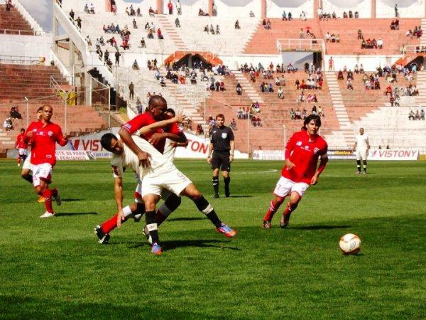 KAZUKI ITO. Georges Buckley se comió varias tarjetas en el Cusco. Además, en el gol de MIguel Villalta hubo una clara falta del defensor de Cienciano sobre Aurelio Saco Vértiz. (Foto: Prensa Universitario)
