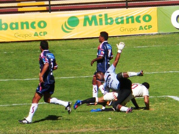 El encuentro que disputaron León y Galvez en 2012 fue tan enredado como esta acción de Daniel Reyes (Foto: diario La Industria de Trujillo)