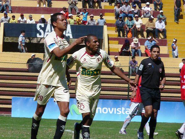 EL CAPO. Carlos Zegarra se lució con tres golazo ante Unión Comercio. El capitán de León pasa por un gran momento goleador. (Foto: Jesús Suárez / DeChalaca.com)