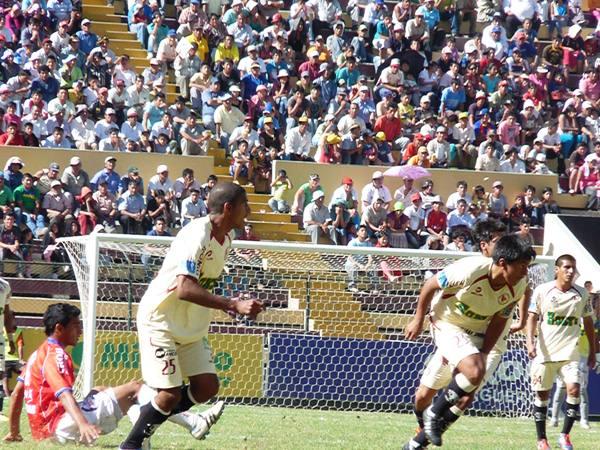 EL DUELO. Edwuin Gómez y Víctor Peña tuvieron a maltraer a Miguel Trauco, lateral de Unión Comercio. (Foto: Jesús Suárez / DeChalaca.com)