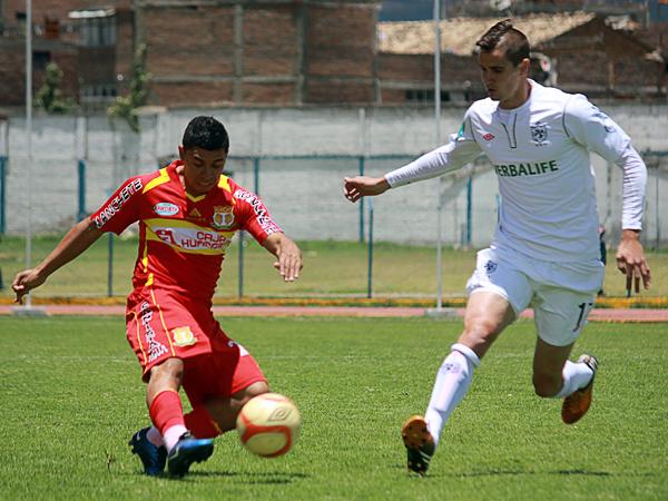 Los esfuerzos de Cristian Guevara resultaron en vano para Sport Huancayo ante el buen trabajo de jugadores como Benjamín Ubierna para la visita (Foto: Jhefryn Sedano)