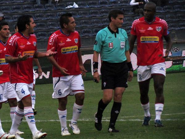 KAZUKI ITO: Todo empezó mal para los árbitros en Matute luego que Henry Gambetta viera una falta que solo sus ojos percibieron (Foto: José Salcedo / DeChalaca.com)
