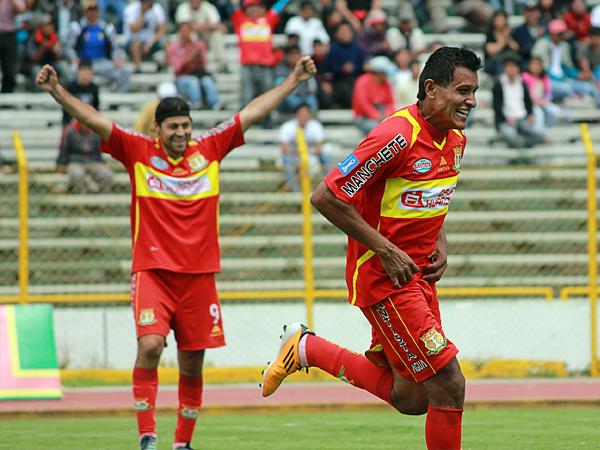 Ángelo Cruzado abrió la cuenta en la goleada sobre Universitario durante las Series de 2012 cuando a los ocho minutos venció a Luis Llontop (Foto: archivo DeChalaca)