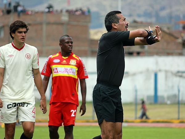 KAZUKI ITO: Miguel Santiváñez cumplió en Huancayo pese a que dejó pasar una justificada expulsión al capitán de Universitario (Foto: Jhefryn Sedano)