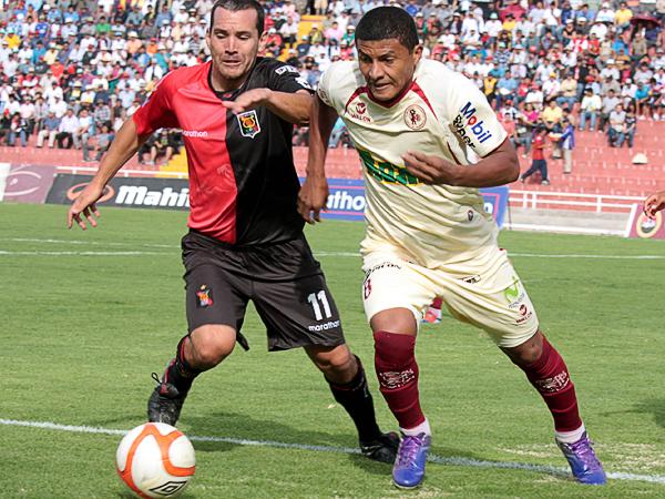 Minzum Quina es el ejemplo de lo que fue León ante los rojinegros: un jugador que peleó todo para contener a un rival que tuvo en Antonio Meza Cuadra a un incisivo atacante (Foto: prensa FBC Melgar)