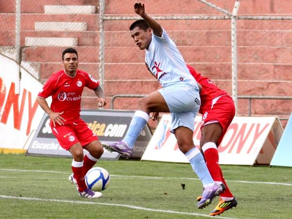 EL DUELO. El goleador del campeonato, Andy Pando, tuvo un enfrentamiento aparte con Barrios. Como era de esperarse, el ariete de Real Garcilaso ganó la disputa. (Foto: José Carlos Angulo)