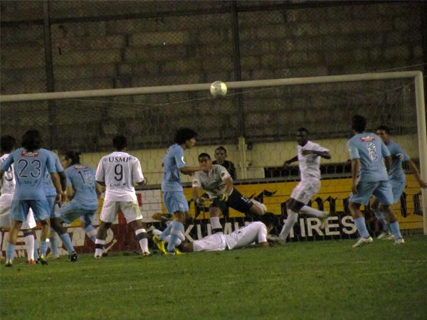 LA CLAVE: El arco de Cristal solo tuvo acción en la parte final cuando Alexander Araujo se vio exigido por los pelotazos del cuadro santo (Foto: José Salcedo / DeChalaca.com)