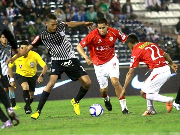 KAZUKI ITO. ¿Lo ven? Afortunadamente, Víctor Hugo Rivera no se hizo notar en el partido. Al margen de las muchas tarjetas que sacó, tuvo un desempeño aceptable. (Foto: Luis Chacón / DeChalaca.com)