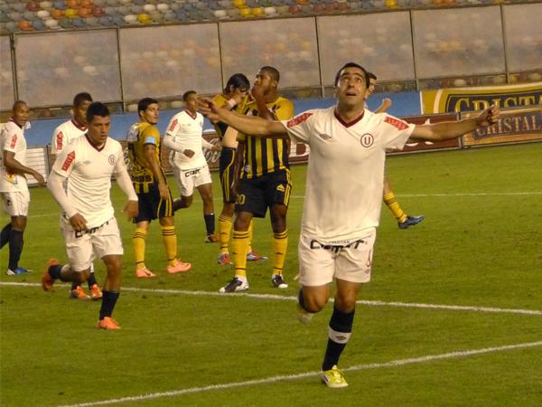 EL CAPO: La mirada al cielo de Miguel Ximénez sirvió para agradecer los tres goles que se mandó sobre Cobresol (Foto: José Salcedo / DeChalaca.com)