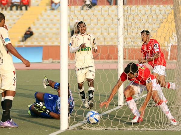 LA CLAVE: Al rápido gol de León, Aurich respondió con una rápida respuesta a cargo de Osnar Noronha que aquí saca el balón de las redes (Foto: prensa Juan Aurich)