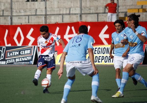 EL JUGADÓN. Tras una buena acción colectiva, de toques en primera, Salcedo culminó la jugada con un remate que dejó mal parado a Elexander Araujo. (Foto: Diario de Chimbote)