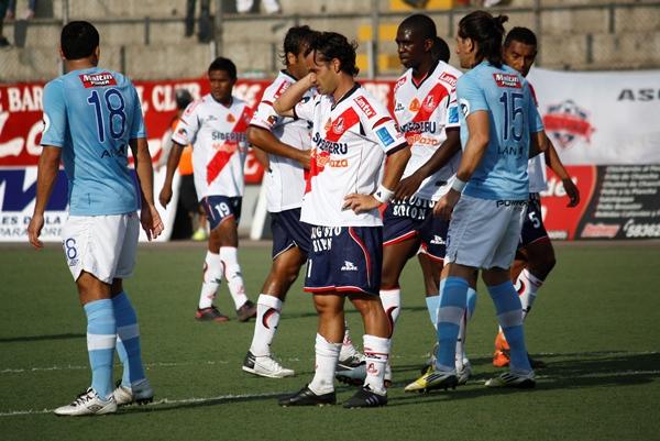 EL DUELO. Junior Aliberti no se cansó de combatir con los centrales celestes: Ayr y Álvarez. (Foto: Diario de Chimbote)