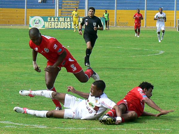 Poco por hacer tuvo Carlos Jairsinho Gonzales ante la buena marca que ejerció la defensa del cuadro cusqueño (Foto: Ciro Madueño)