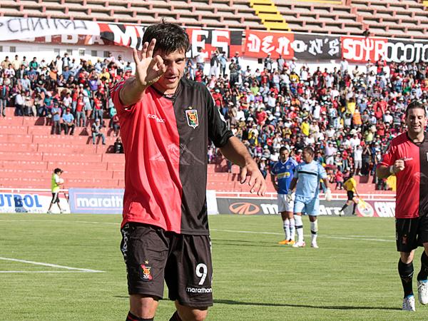 EL CAPO. Bernardo Cuesta, puso el partido cuesta arriba para Unión Comercio al anotarle dos goles. El argentino fue el más peligroso del partido. (Foto: Prensa Melgar)