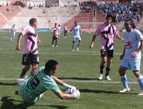 EL DUELO. Ramón Rodríguez luchó durante todo el encuentro por batir la portería rosada. Lamentablemente para su suerte, Vásquez estuvo en una buena jornada y evitó que gritara gol. (Foto: José Carlos Angulo)