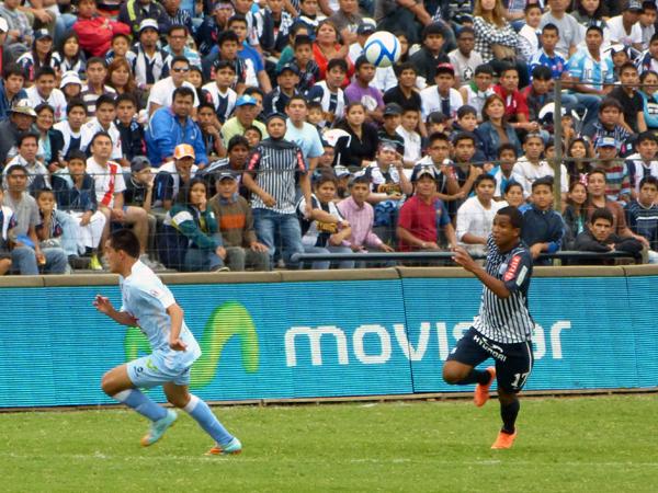 EL CAPO. En este partido, Junior Ponce demostró que cuenta con una mejor formación. Gracias a su clase, fue el mejor del partido (Foto: Abelardo Delgado / DeChalaca.com)
