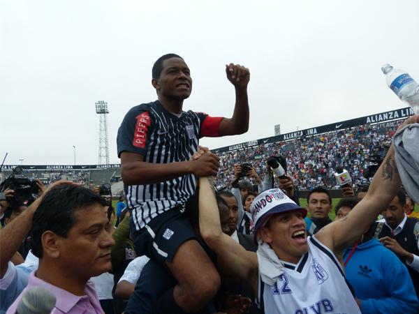 LA DESPEDIDA. Ser reconocido como el mejor volante de contención peruanos en los últimos 20 años lo vale. Pese a las críticas, Juan Jayo se retiró del fútbol como un grande. (Foto: Abelardo Delgado / DeChalaca.com)