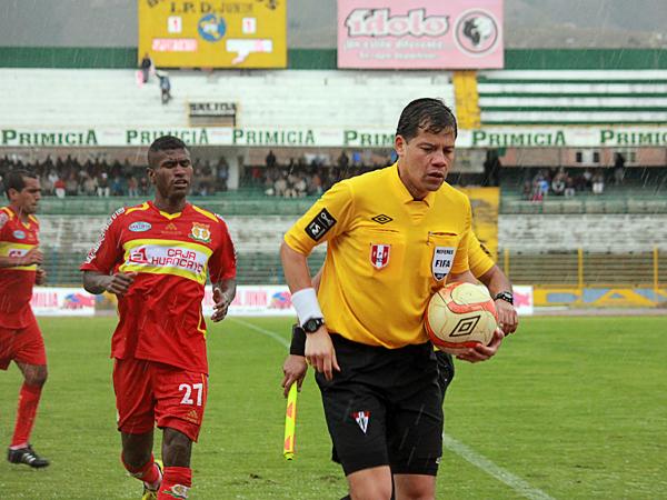 KAZUKI ITO: Con el partido aún con el 1-1 en el marcador, a Víctor Hugo Carrillo no le quedó otra que tomar el balón y retirar a todos de la cancha ante el hostil clima que imperó en Huancayo (Foto: Jhefryn Sedano)
