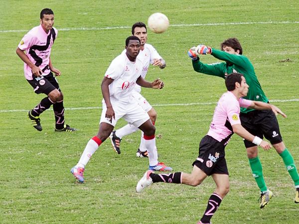 Con la camiseta de Juan Aurich, con la que Max Barrios irrumpió en el fútbol peruano como una promesa en la defensa del 'Ciclón' (Foto: archivo DeChalaca.com)