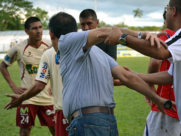 LA FRASE: Ya más calmado tras el pitazo final, Teddy Cardama aceptó con hidalguía la derrota de su equipo en Moyobamba (Foto: Emilio Ruiz)