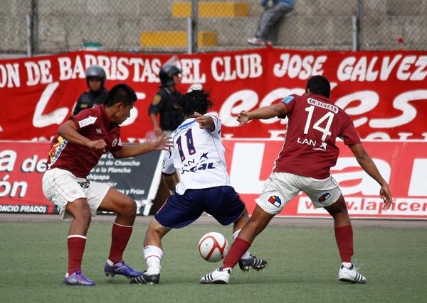 EL DUELO. Junior Aliberti no se cansó de combatir ante los defensores de Universitario. El uruguayo le ganó la batalla a Galliquio y Duarte, quienes no pudieron detener al delantero galvista. (Foto: Diario de Chimbote)