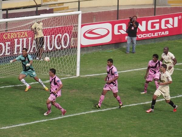 LA CLAVE. El dominio de León no hubiese bastado de no haber sido por el tempranero gol que a los 11' Calheira conectó de cabeza. (Foto: Mihay Rojas / DeChalaca.com)