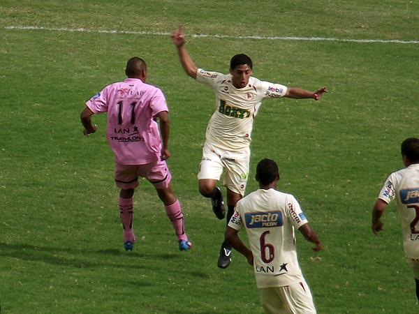 La precisión con el balón muchas veces se nota más con los años y Guillermo Salas fue un ejemplo de ello ante Boys (Foto: Mihay Rojas / DeChalaca.com)