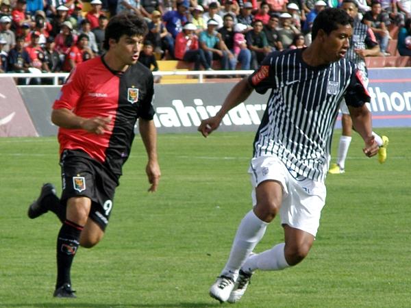 LA CALAMIDAD. Con 10 jugadores tras la expulsión de Cánova, Alianza Lima pudo hacer menos para revertir el resultado. (Foto: Iván Carpio / DeChalaca.com)