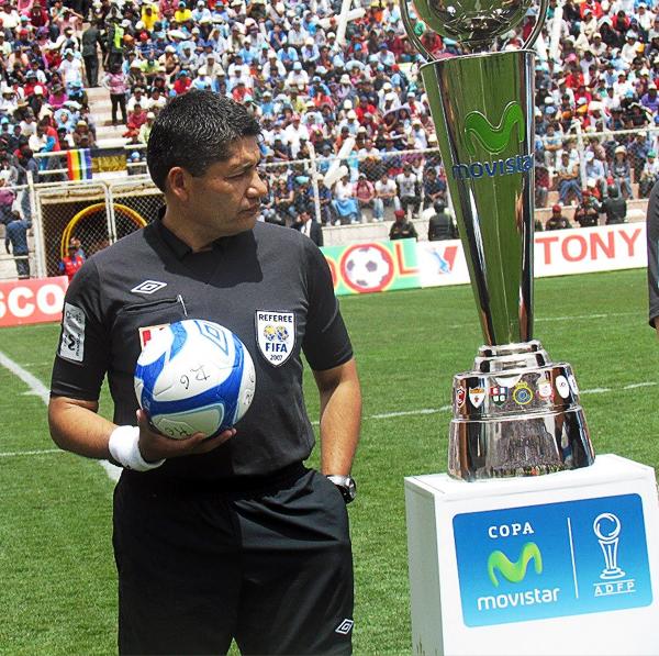 Víctor Hugo Rivera contempla la Copa para el campeón y a la vez parece contemplar el que fue su último partido como árbitro en Primera División (Foto: José Salcedo / DeChalaca.com, enviado especial al Cusco)
