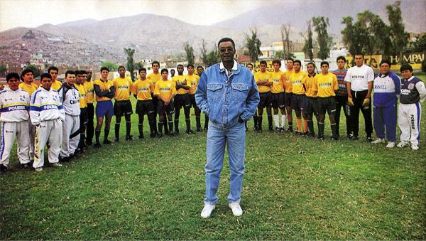 Alberto Gallardo, cuando dirigía a las divisiones menores de Cristal, hizo todo lo posible por hacer crecer al equipo que siempre defendió (Recorte: revista El Gráfico)