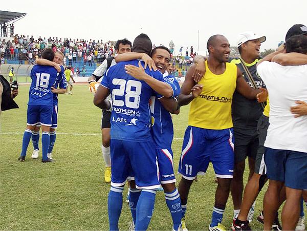 Los jugadores de Unión Comercio celebran el haber salvado la categoría en un partido cerrado ante Pacífico y con poco riesgo por parte de ambos equipos (Foto: Mario Azabache / DeChalaca.com)