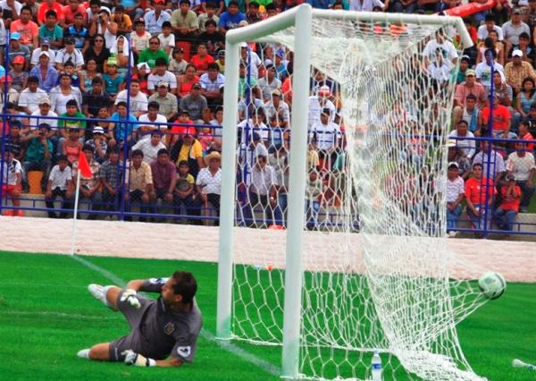Pese a cumplir una aceptable actuación, Butrón poco pudo hacer para detener la efectividad que mostró Germán Pacheco (Foto: prensa Juan Aurich)