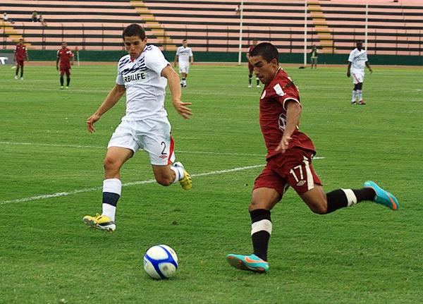 Sebastián Fernández desborda la marca de Aldo Corzo en el partido que signifió el debut del uruguayo con Universitario (Foto: Luis Chacón / DeChalaca.com)