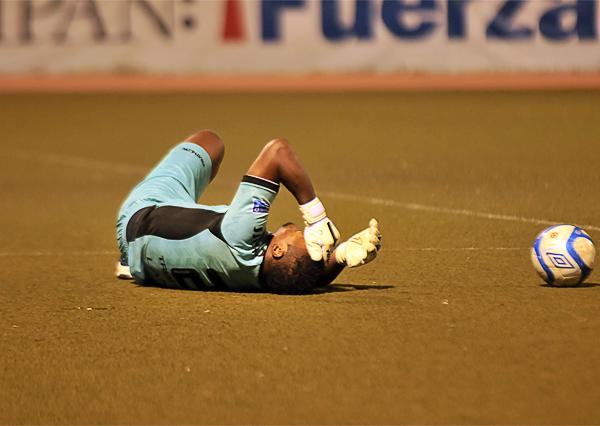 El final tuvo una acción que generó mucha polémica en torno a la aplicación del Fair Play luego que Juan Flores se tendiera sobre el gramado por una lesión que acabó en gol de la Vallejo (Foto: diario La Industria de Trujillo)