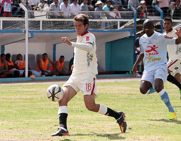 Universitario presentó en su defensa a Franco Otárola, quien con 21 años debutó en el primer equipo crema en el esquema que propuso Ángel Comizzo para jugar en Urcos (Foto: José Carlos Angulo)