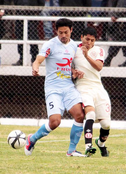 Raúl Ruidíaz picó primero en Urcos con un gol pero luego fue bien controlado por la defensa de Real Garcilaso que tuvo en Rolando Bogado a uno de sus más seguros jugadores (Foto: José Carlos Angulo)