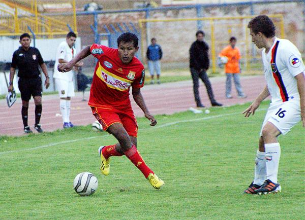 Ángelo Cruzado enfrenta a Santiago Bezruk en el 2-2 que Melgar le sacó a Sport Huancayo en 2013 (Foto: Diario Primicia de Huancayo)