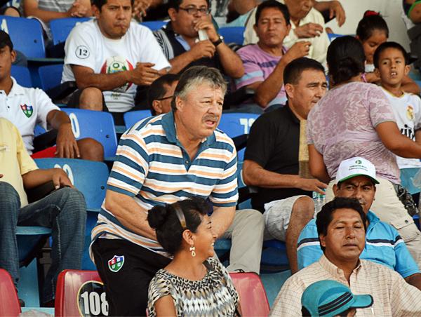 Édgard Ospina se le pasó más tiempo en la tribuna que en la banca dirigiendo a su equipo mientras estuvo en Unión Comercio (Foto: Emilio Ruiz)
