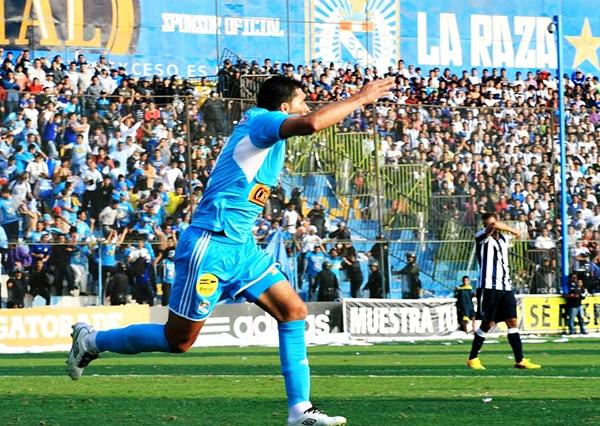 La acción cumbre del partido fue el gol de Jesús Álvarez, en posición adelantada que no observó Jonny Bossio. (Foto: Luis Chacón / DeChalaca.com)